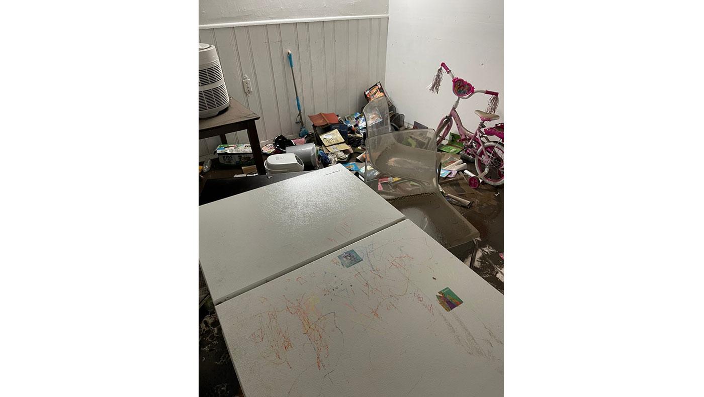 慈濟個案一家都住在地下室,水淹至腰際,連冰箱都倒下。攝影/蔣珊珊