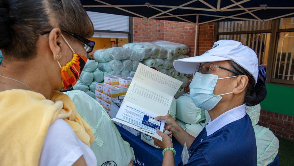 新澤西分會執行長李慈展致上來自全球慈濟人愛心的現值卡。攝影/王萬康