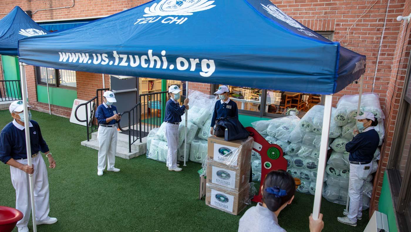 Tzu Chi volunteers prepare the distribution venue. Photo/Wankang Wang