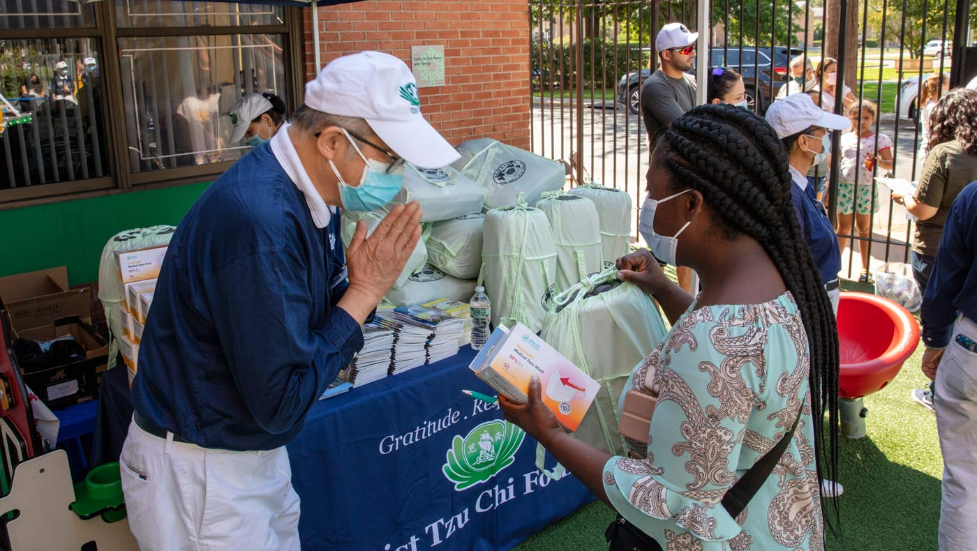 Tzu Chi's eco-friendly blankets and face masks will keep the care recipients warm and safe. Photo/Wankang Wang