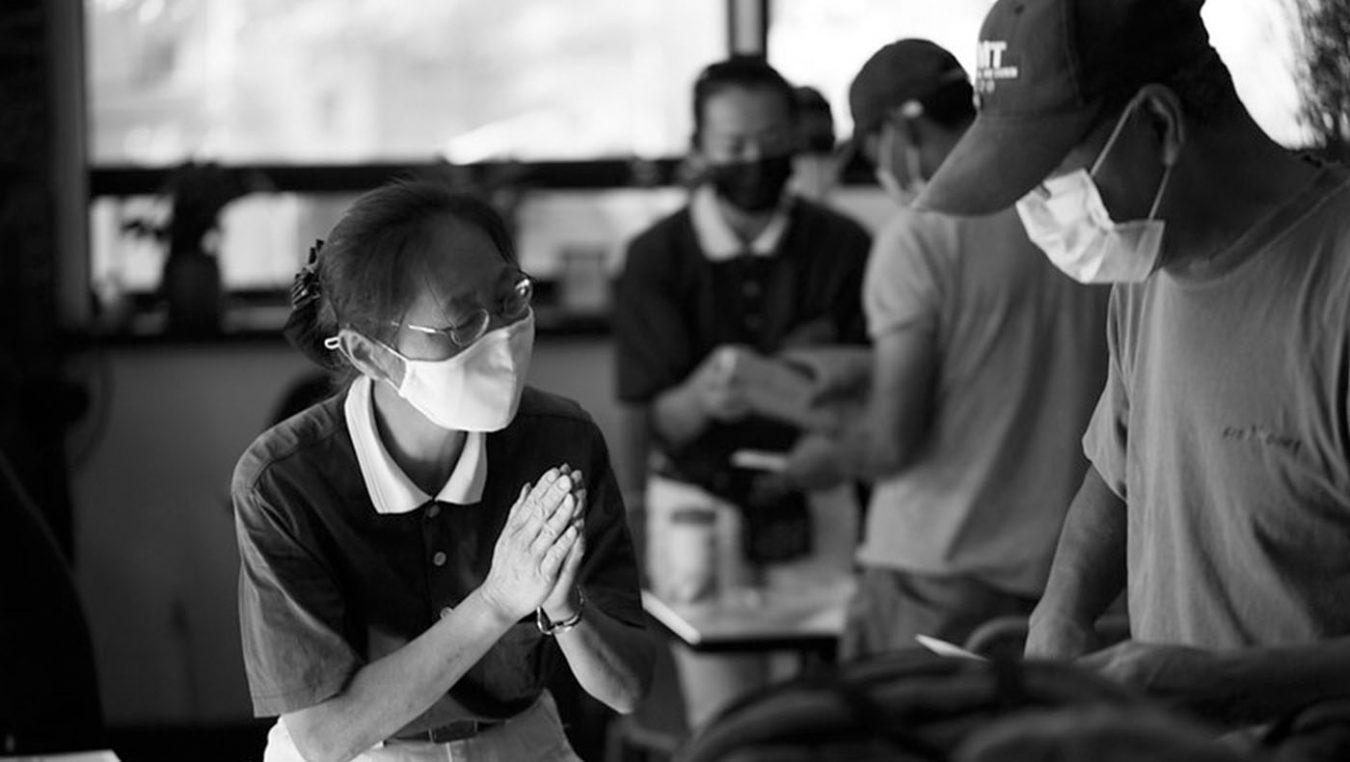志工協助引導災民入座。 攝影/林晉成