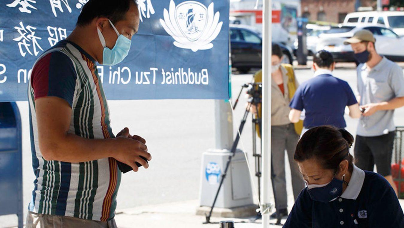 9月11日一早不到十點,登記的災民絡繹不絕地前來報到,志工協助報到民眾。攝影/溫雅娜