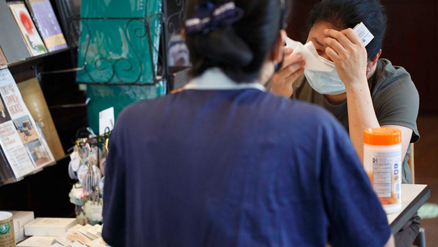 發放過程中,災民想起兩周前的情景,仍是揮之不去的痛。這位女士一直抓著志工的手激動地訴說當時無助的心情,頻頻拭淚。圖片來源/慈濟紐約分會