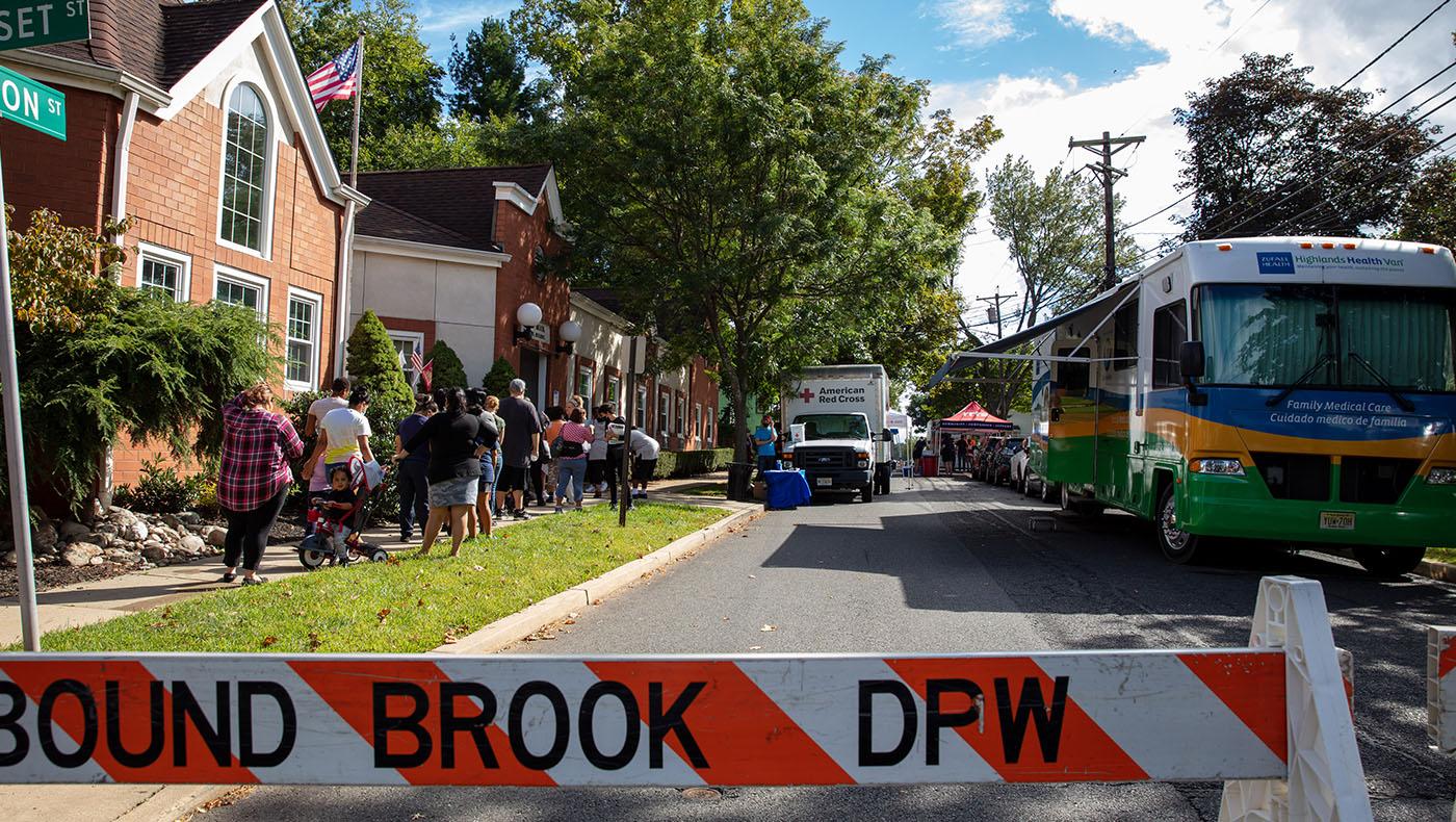 邦德溪市一波波的人排隊進入物資發放現場。攝影/王萬康