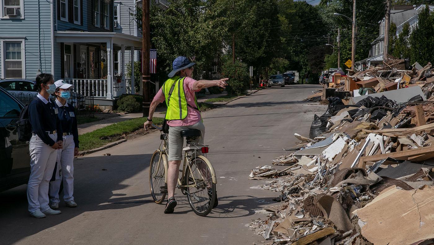 受災區處處可見街道兩旁堆滿廢棄家俱雜物。攝影/王萬康