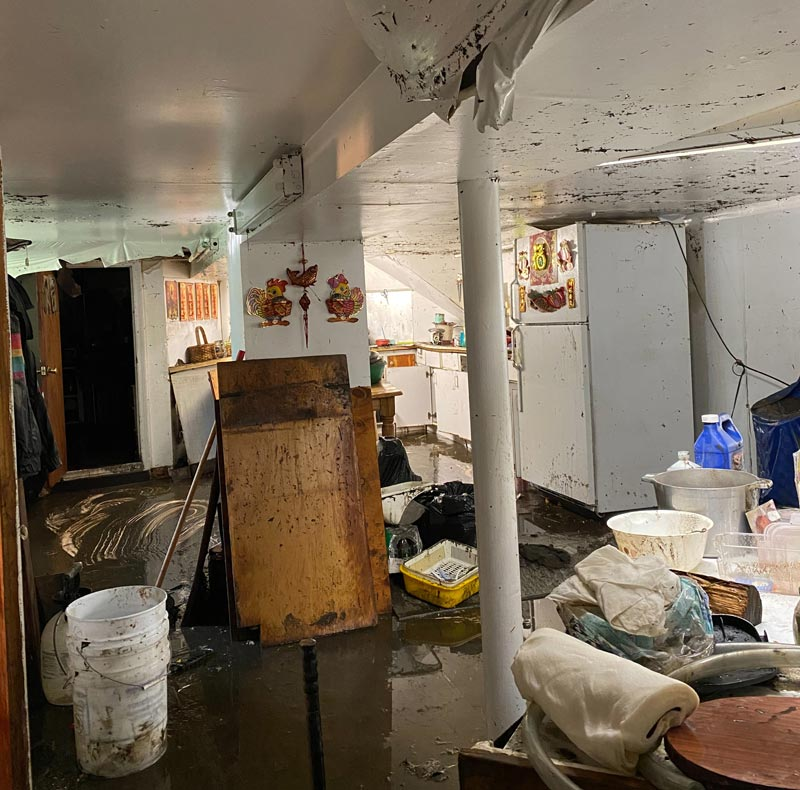 The basement of the laundromat is still full of mud, and it takes two days to clean it up. Photo/Li Li Mei