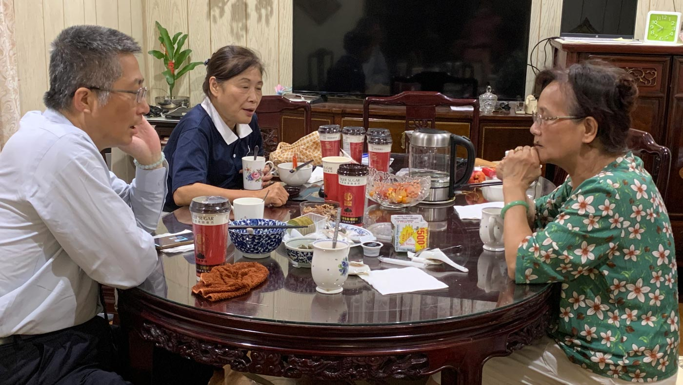 Freeman Su (left), the Executive Director of Tzu Chi USA's Northeast Region, accompanies volunteers when they visit Ming Yu Li's home to offer their care. Photo/Hui Chi Lin