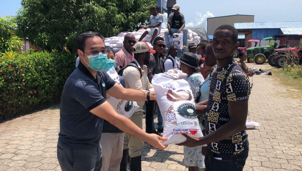 9月15日四度賑災,關懷團因班機臨時被取消無法前往,緊急請託合作夥伴台灣技術團(舊稱農技團)在萊凱市分部的人員,對附近1000家農民受災戶進行發放。圖片來源/台灣技術團