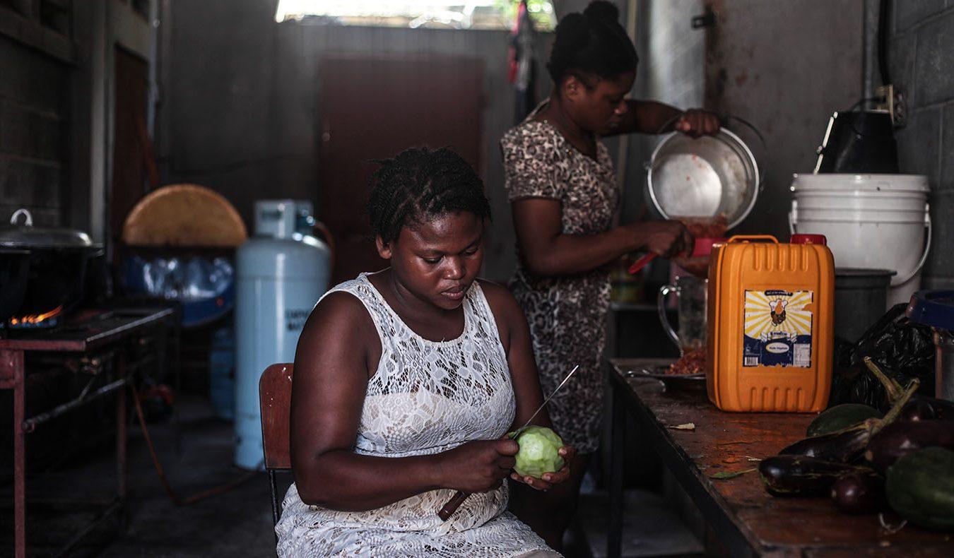 烹飪課學生茉莉薩提對於烹煮海地口味的香積飯躍躍欲試。攝影/凱辛雅